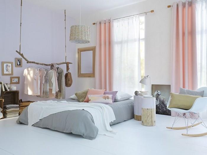 chambre rose et gris tendance scandinave rodin de bois ral eames rideaux roses suspension rotin penderie branche de bois