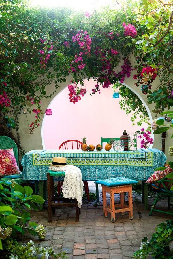 Terrasse bohème sous les fleurs