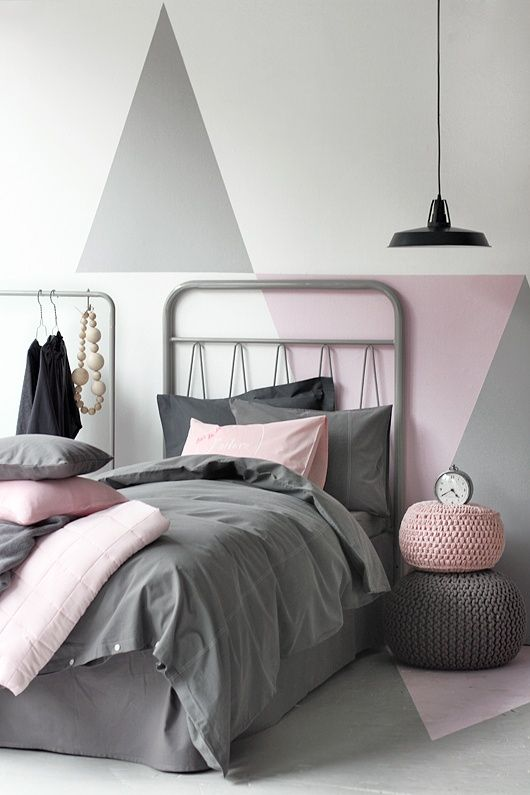 Murs géométriques aux couleurs pastels pour cette chambre