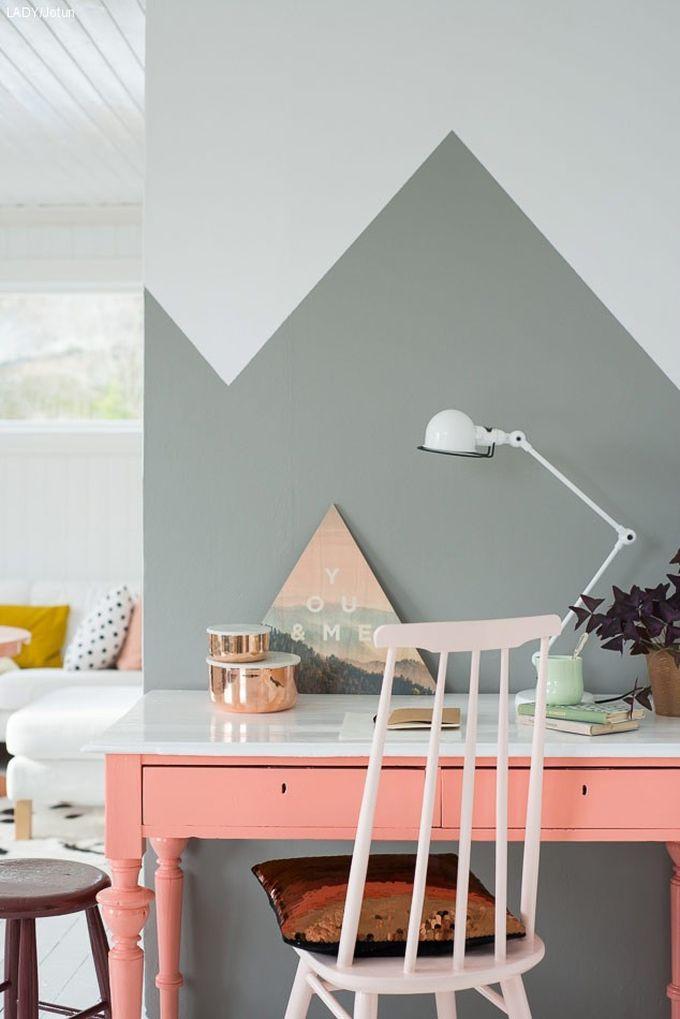 Murs géométriques aux couleurs pastels pour ce coin bureau