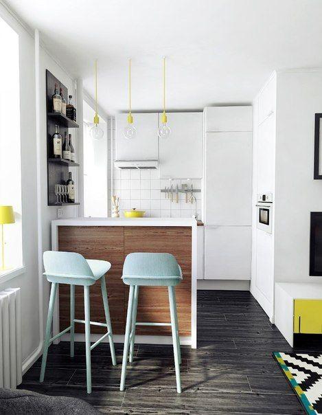 Cuisine ouverte et ilot en bois - tabouret vert mint - baladeuse E27 jaune