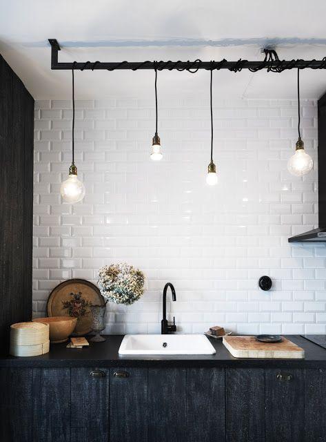 Cuisine credence carreaux de metro DIY suspensions baladeuses et robinet noir