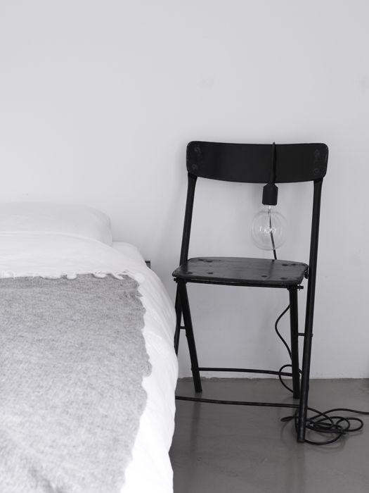 Table de chevet chaise - détournement d'objet et baladeuse noir