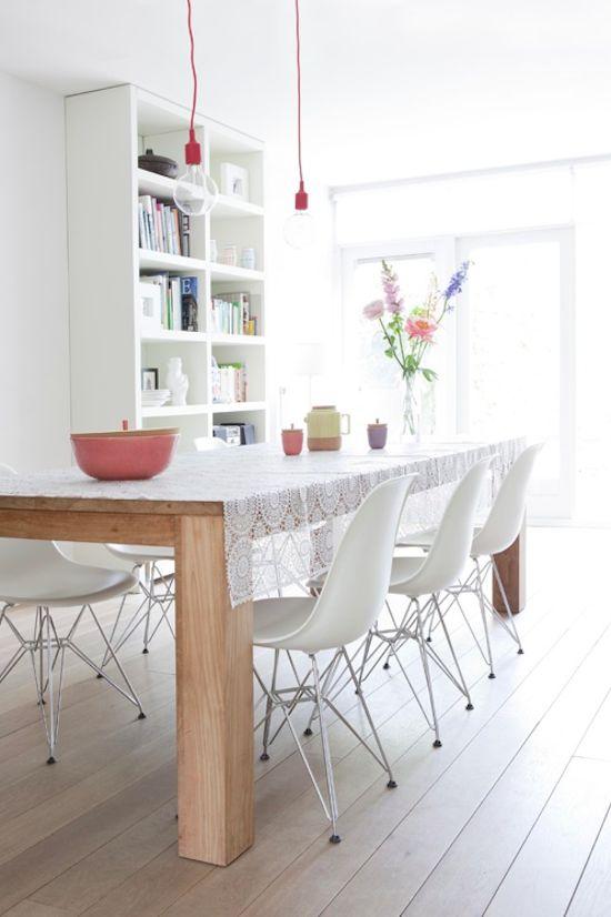 Salle à manger, baladeuse E27 rouge - table bois et chaises eames blanches