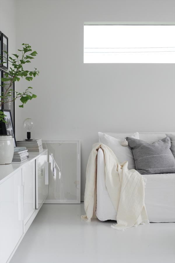 Salon d'été blanc et gris by Aventure Déco