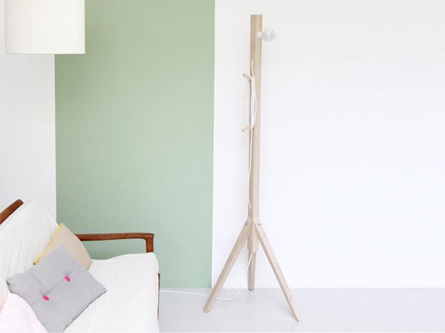 lampadaire ou porte manteaux - mur vert
