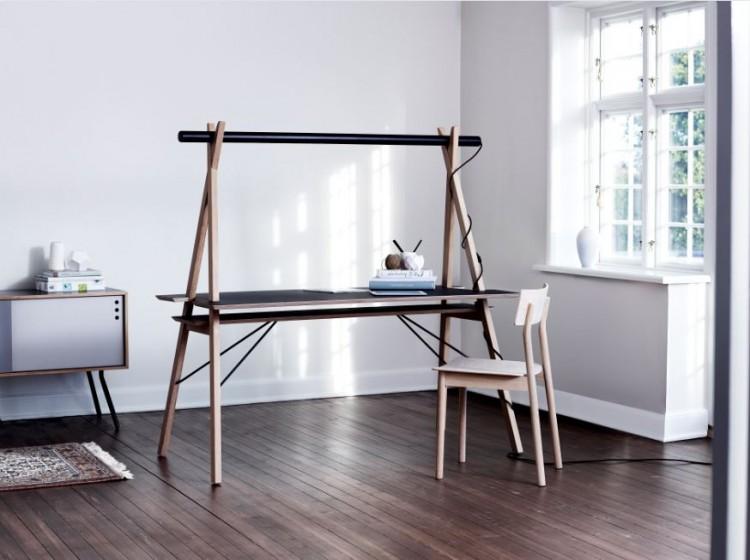Bureau design en bois clair et plateau en bois. Style scandinave assuré