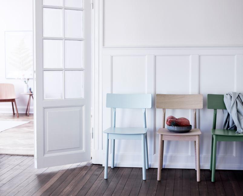 Des chaises parfaites pour un univers scandinave. Bois clair et couleurs pastel !