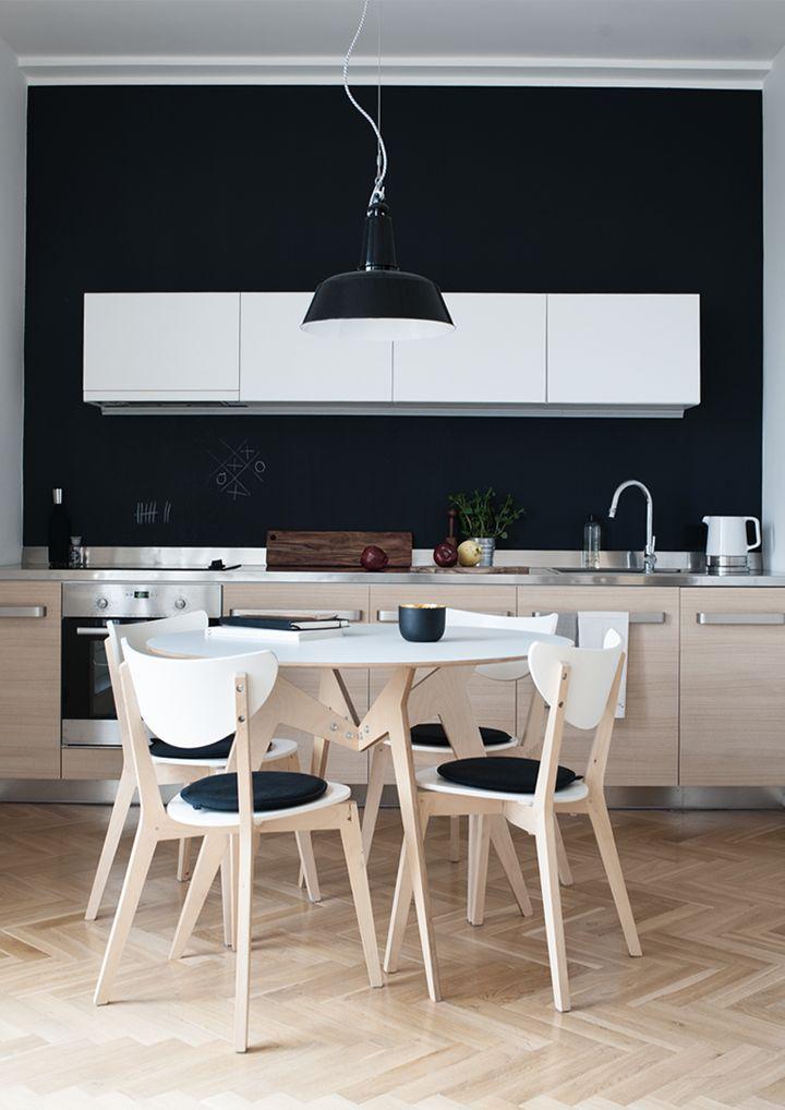 Une cuisine en bois, sublimer par un mur noir !