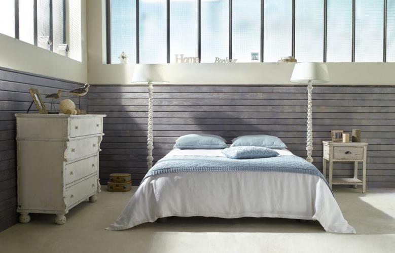 chambre-bois-lambris-sous-bassement-campagne-verriere-commode-chevet-bleu-blanc
