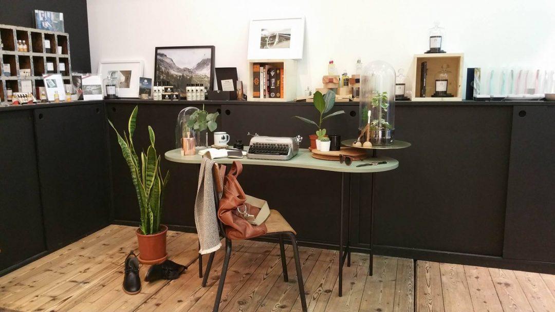 Un bureau à l'univers très masculin , vintage, au cœur de la végétation