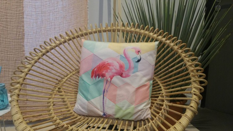 conforama-fauteuil-rotin-coussin-flamand-rose-graphique-pastel-cactus