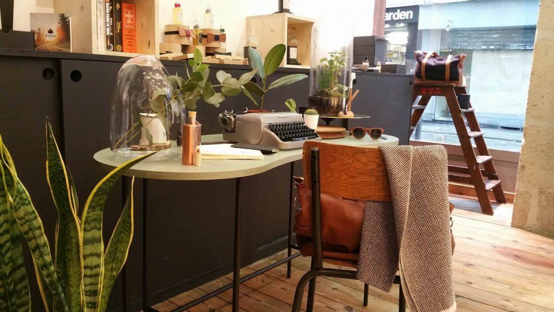Styling du bureau, palette desk ! Univers reto mise en scène avec une machine à écrire, une chaise d'écolier, un flacon cuivre...