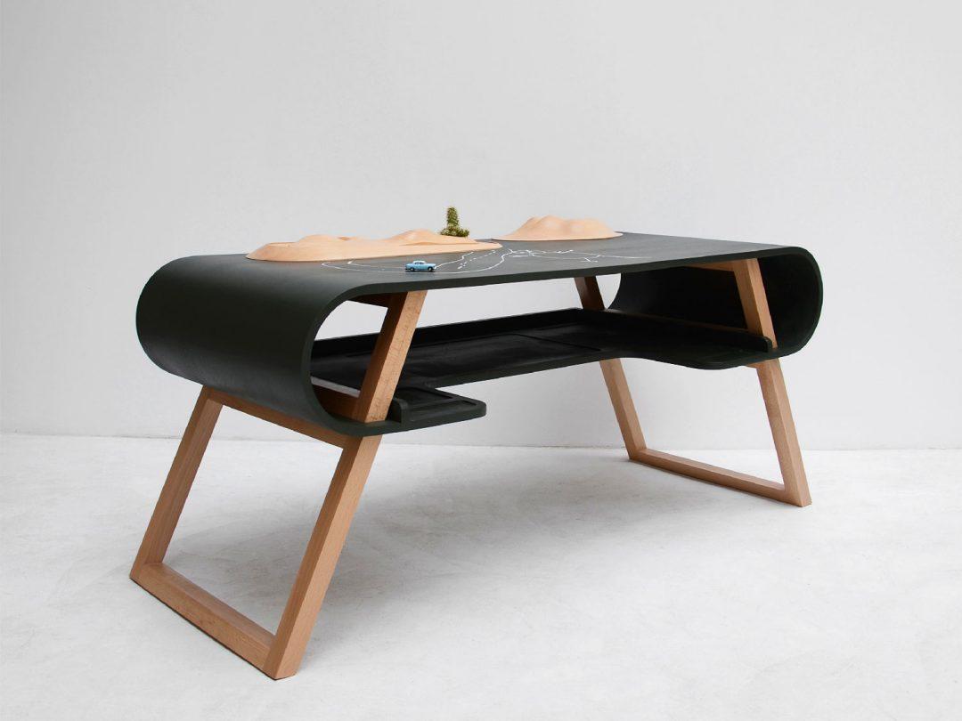 le bureau Rubens de Jean-François Bellemère. Un meuble pour travailler et apprendre, mais aussi un plateau de jeu où toutes les aventures sont possibles...