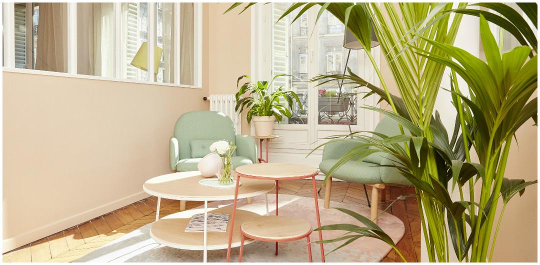 showroom harto- sejour scandinave aux couleurs pastel - fauteuils vert d'eau et tables basses gigognes en bois