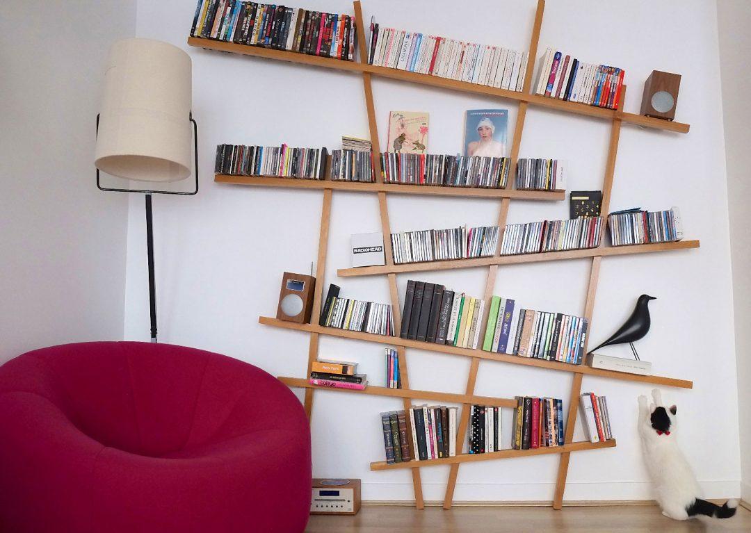 la Bibliothèque Mikado, joue le rôle de sculpture mural et met en scène les livres de la maison.