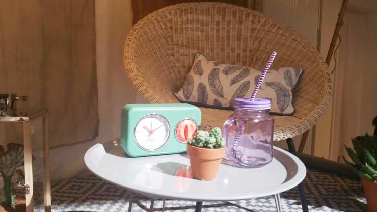 conforama-fauteuil-rotin-table-basse-cactus-radio-vintage-tapis-graphique