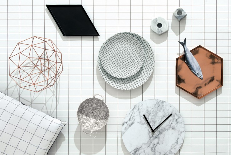 collection-monoprix-nappe-assiette-grid-horloge-marbre-coussin