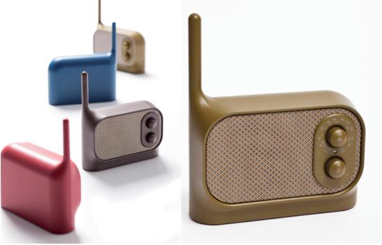 Radio portable Mezzo Radio designée par Ionna Vautrin de couleur kaki, marron, bleu et rouge