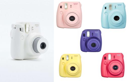 Appareil photo Instax Mini 8 Fujifilm blanc, rose, bleu, jaune, rouge et violet chez Urban Outfitters