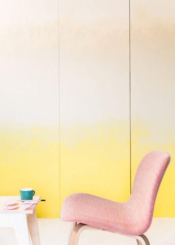 portes de placards tie and dye jaune, chaise rose clair