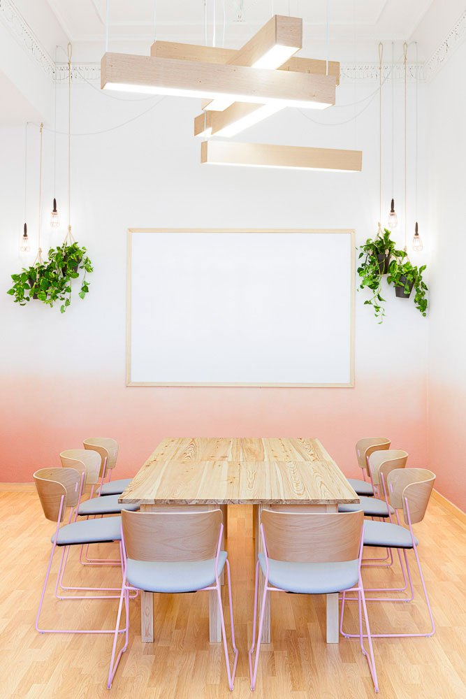 Salle de réunion très déco et graphique, mur tie and dye, lampes suspendues, luminaire design