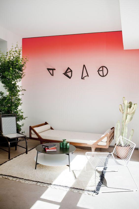 Intérieur contemporain et tie and dye de rose soutenu sur le mur