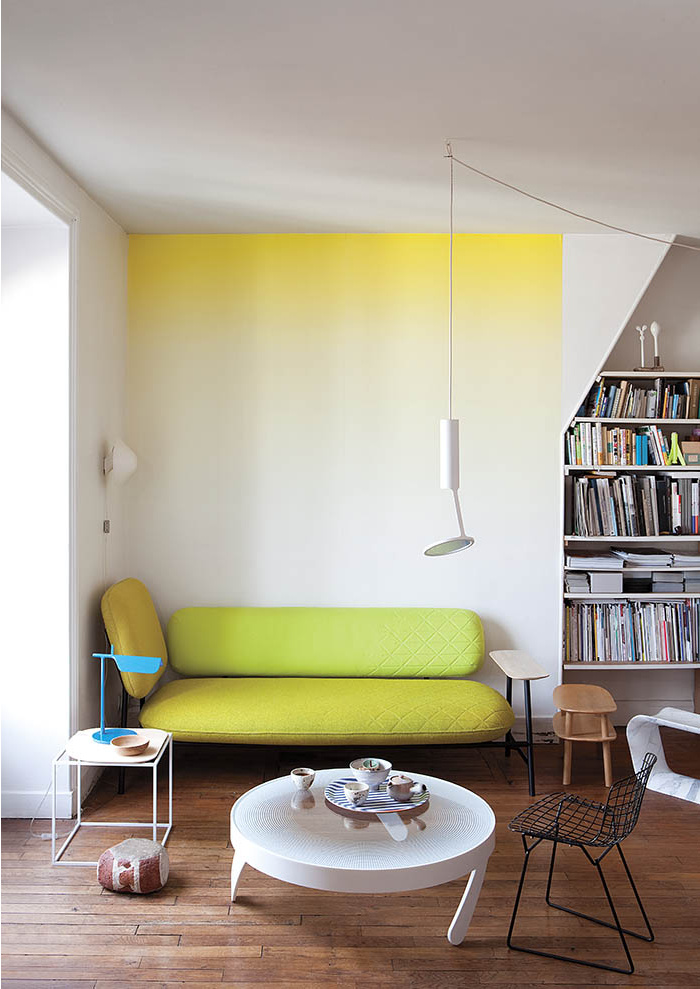 Salon mix and match avec un mur jaune tie and dye