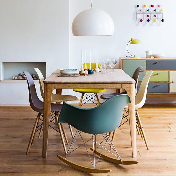 Des chaises dépareillées de style scandinave