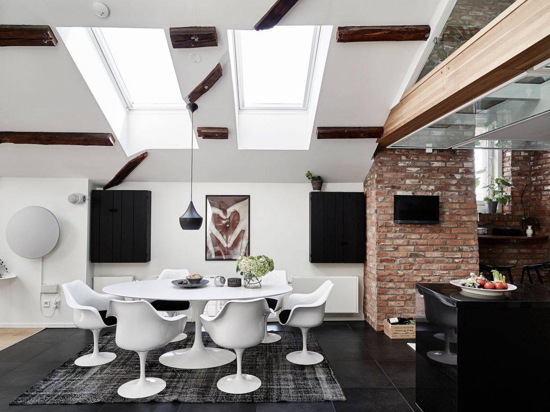 salle-a-manger-blanc-chaises-design-murs-briques-poutres-apparentes