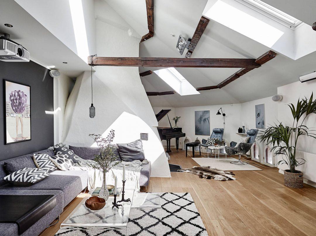 sejour-ethnique-scandinave-canape-gris-tapis-berbere-poutres-apparentes-duplex-sous-les-toits