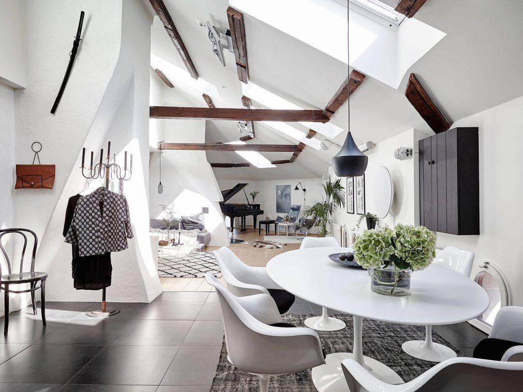 entree-salle-a-manger-poutres-apparentes-blanc-style-scandinave-suspension-design-tom-dixon