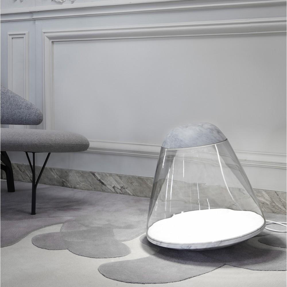 Lampe en verre et marbre, posée par terre dans un intérieur haussmannien très contemporain, canapé design gris