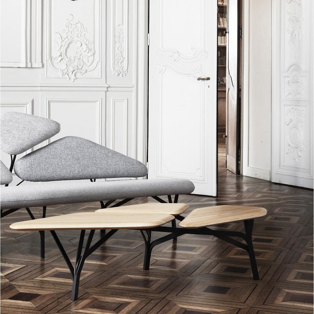 E-shop Chiarra Colombini - Salon très contemporain dans un appartement haussmannien aux murs blancs, table basse en bois en pieds noirs, canapé gris chiné
