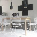 Chaises design Bertoia associées à une table en bois brut