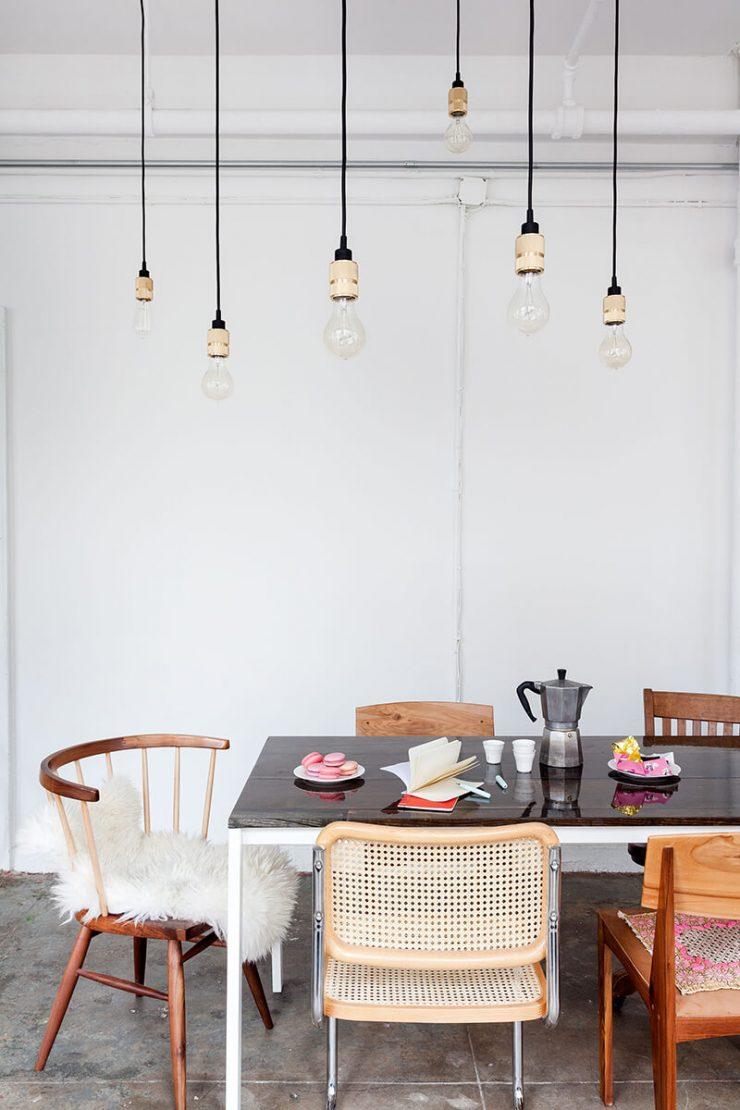 Chaises en bois dépareillées avec table de repas et suspensions E27