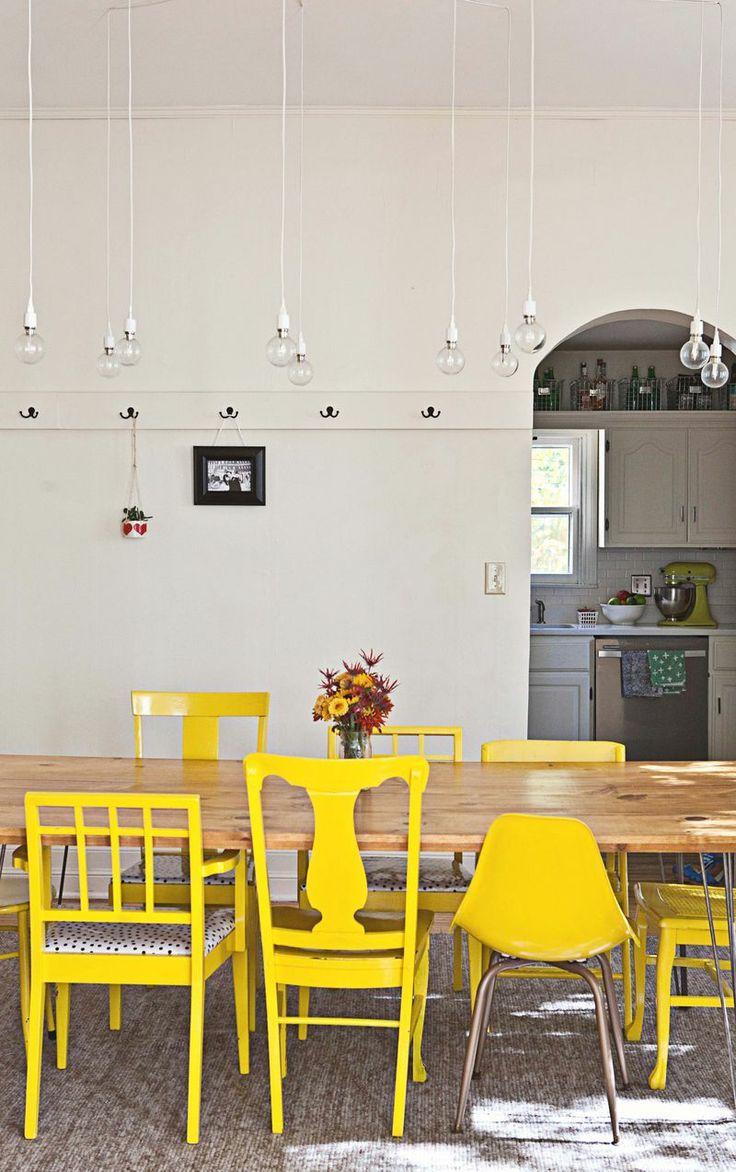 Chaises dépareillées jaune vif et différents modèles design