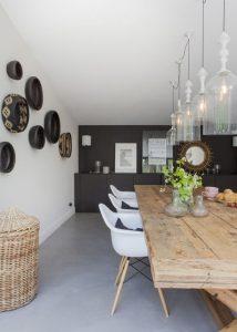 Salle à manger dans les tons noirs et blancs et chaises DSW blanches avec accoudoirs