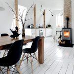 Pièce à vivre avec parquet blanc et association du bois avec les chaises DSW noires