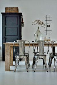 Salle à manger avec table en bois associée aux chaises Tolix en acier