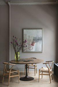 Salle à manger aux tons doux avec table ronde et chaises Whisbone