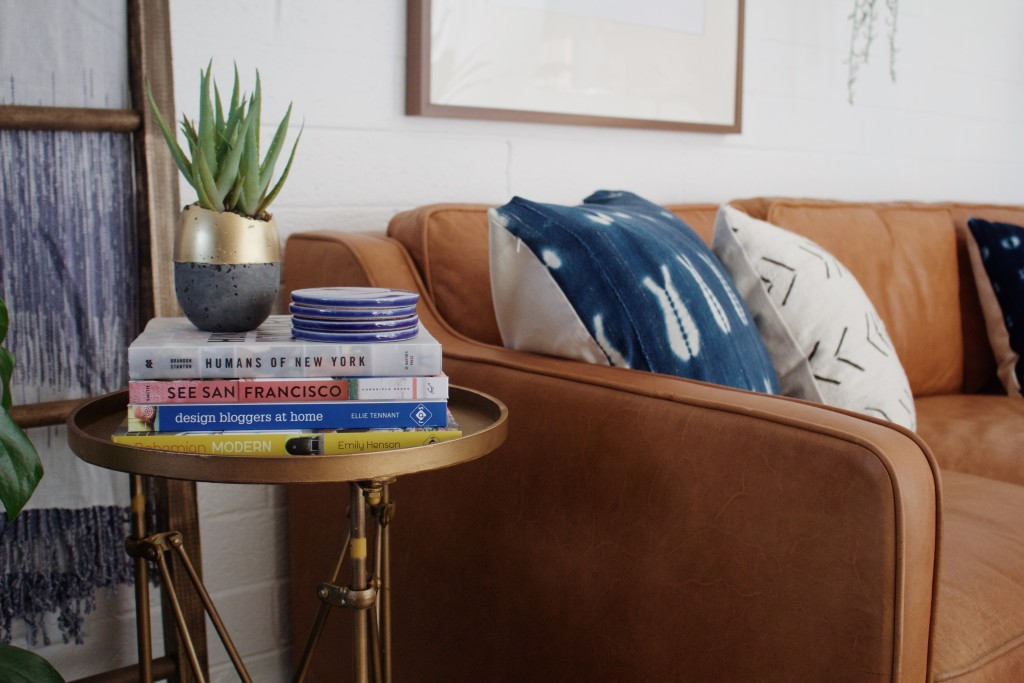 La décoration de mon salon pour la rentrée avec un beau canapé en cuir marron.