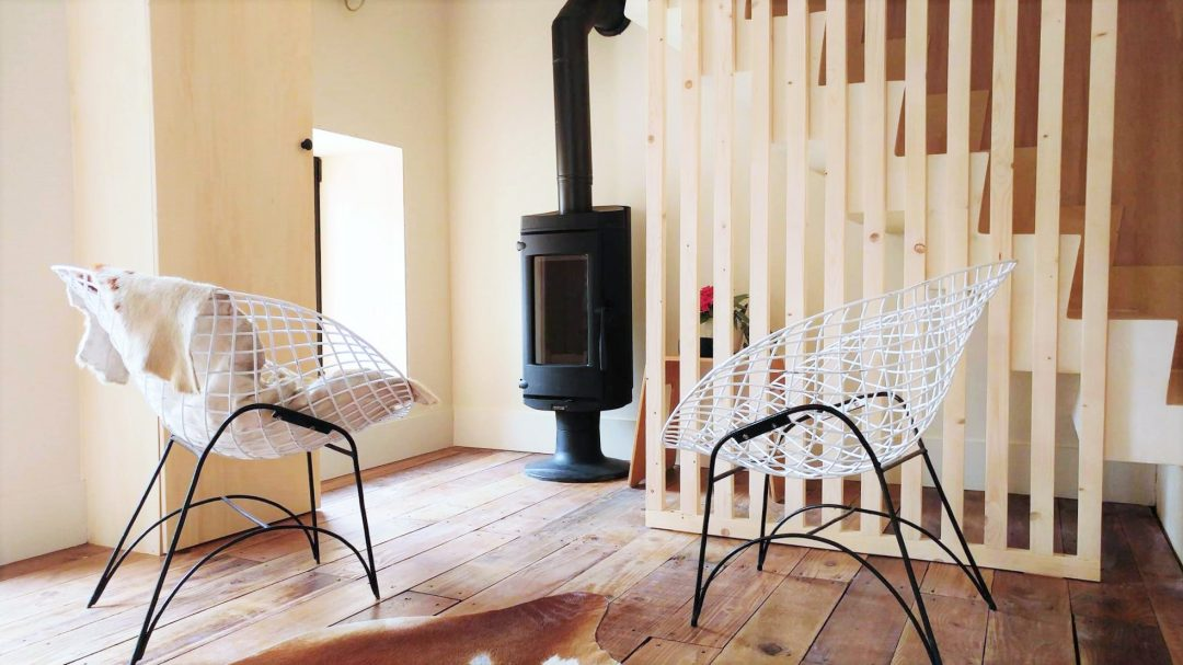Espace cocooning autour du poêle - Diamond Chair pour le confort