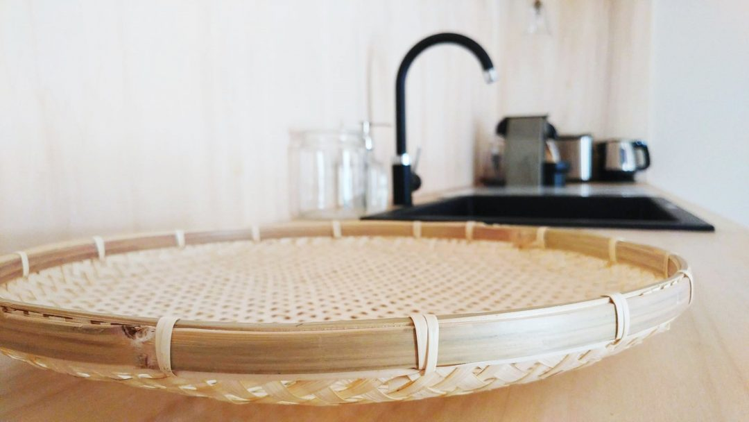 Panier osier dans cuisine ouverte