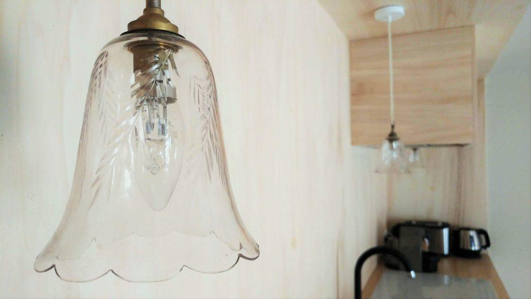 Suspension vintage en verre dans cuisine scandinave