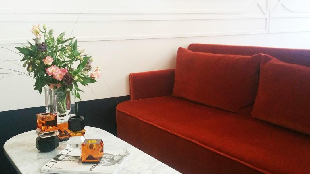 canape-orange-vase-cristal-hotel-panache