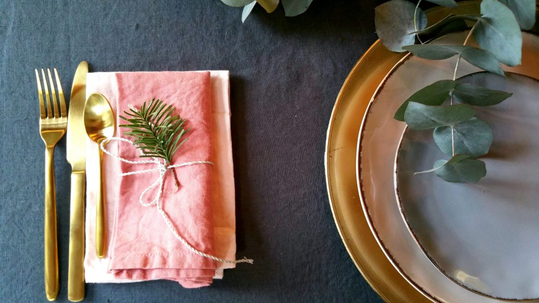 couverts-dore-assiettes-pastel-table-noel-eucalyptus-sapin