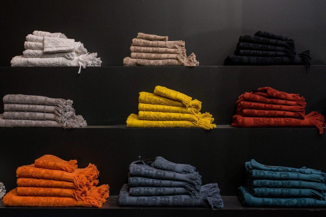 Linge de maison ethnique aux couleurs profondes par Harmony Textile - Serviettes de bain
