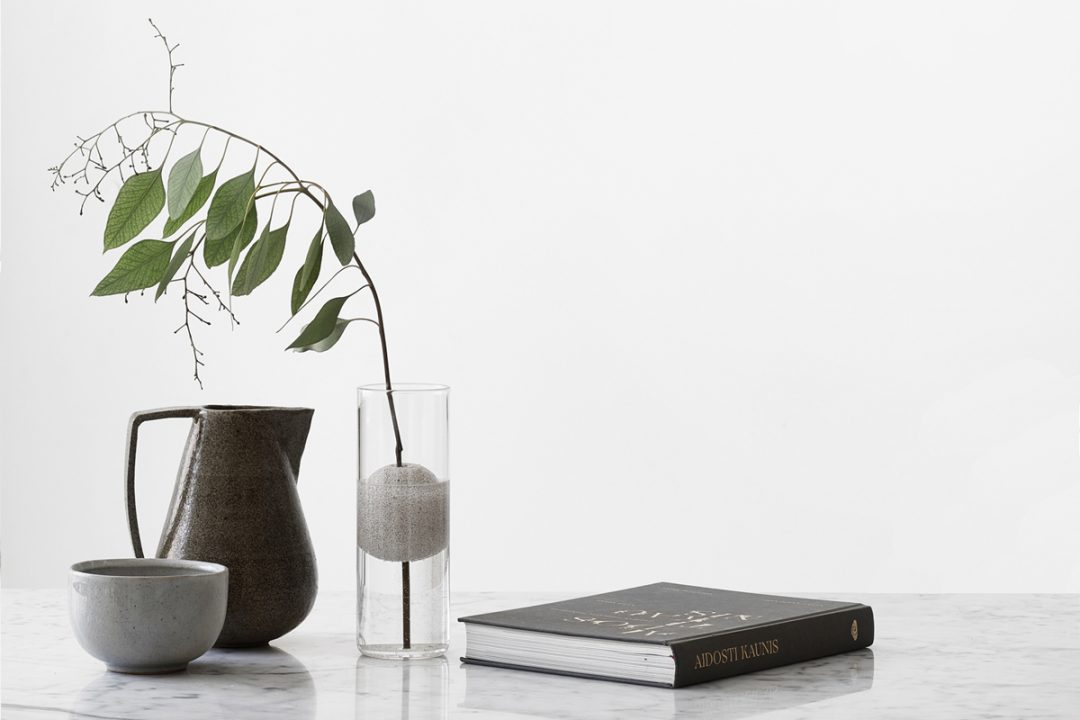 Vase en verre design pour une seule fleur designé par le Studio Macura