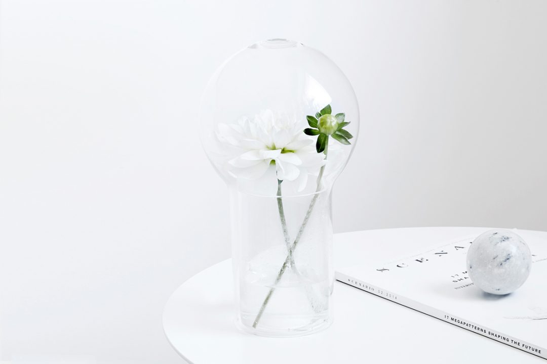 Vase en verre pour un petit bouquet de fleurs ou des herbes designé par Studio Macura